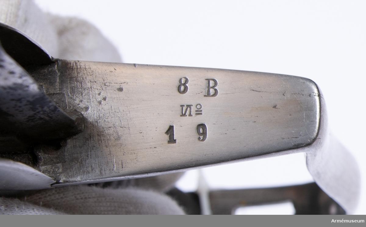 """Grupp D II. Sabel med balja för artilleriet. Förändringsmodell från 1820-talets slut. Sabeln är helt lik AM 36670. Upptill på klingans yttersida finns en P-stämpel och på  klingryggen står """"S A R. 8 B. No 19"""".  På parerstångens undersida framför eggen står """" 8 B No 19""""."""