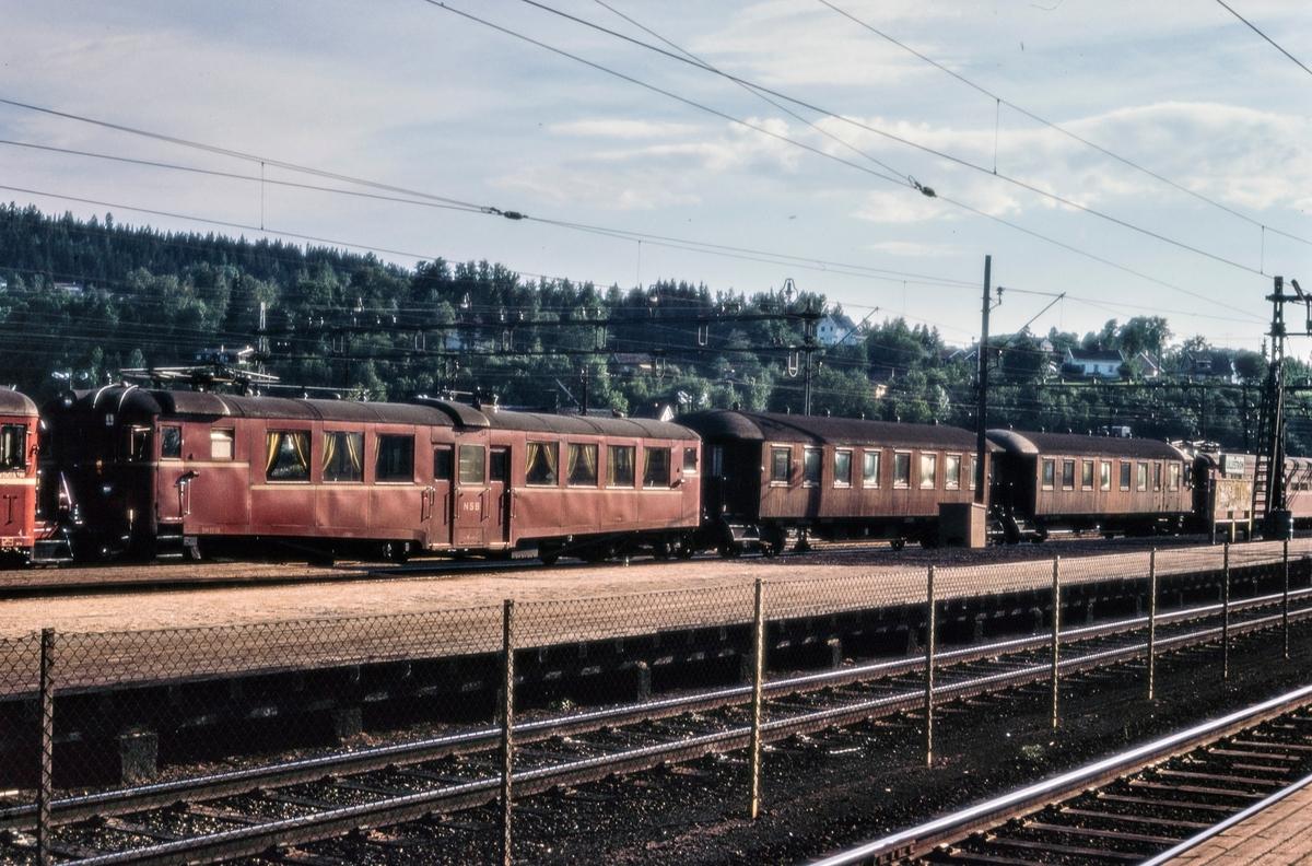 Elektrisk motorvognsett med motorvogn BM 65 09 fremst på Lillestrøm stasjon