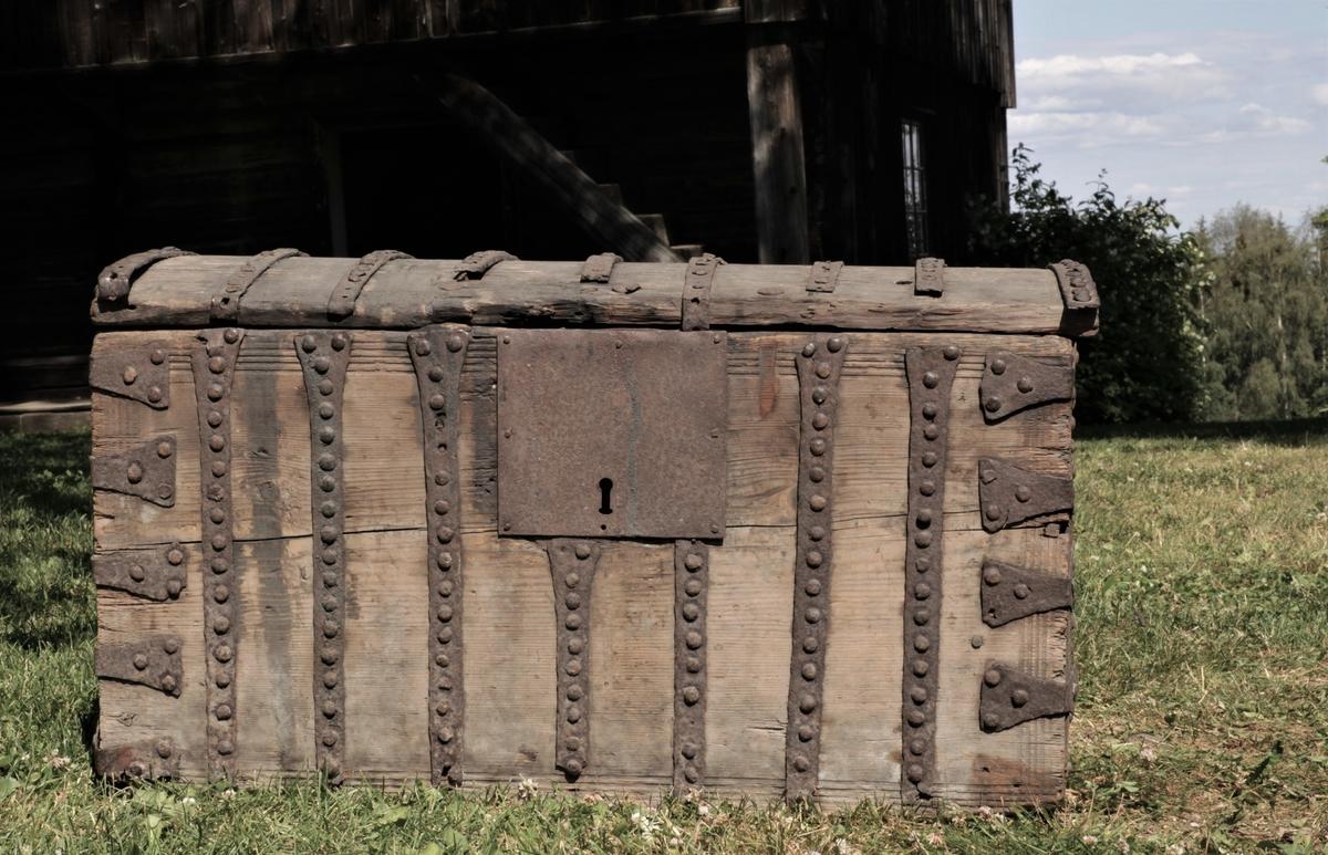 Kista er beslått med enkle jernbeslag - ni beslag på lokket, syv beslag på langsidene og fire beslag i hver ende.