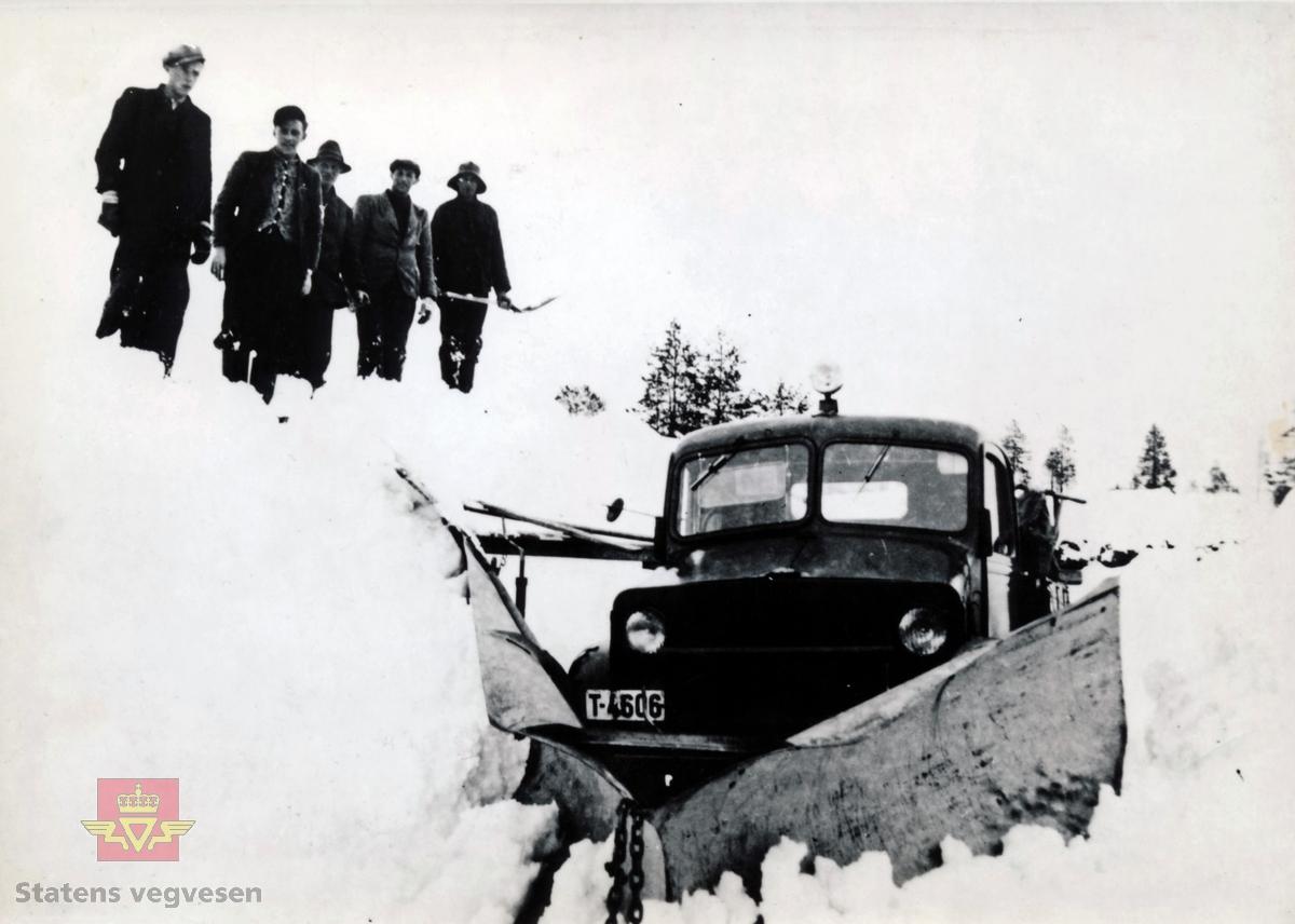 Brøytearbeid på Nordmarka 1942-1943.  Fra venstre: Reinhardt Bredesen, Paul Bævre, Petter Sylte (bileier), Johannes Schei og ukjent.  (Kilde: Informasjon bak på foto)  Lastebilen har kjennemerke T-4606 som trolig er en Bedford militærmodell, satt igjen da britiske ekspedisjonsstyrker trakk seg tilbake etter felttoget i 1940.  (Infomant: Ivar E. Stav).