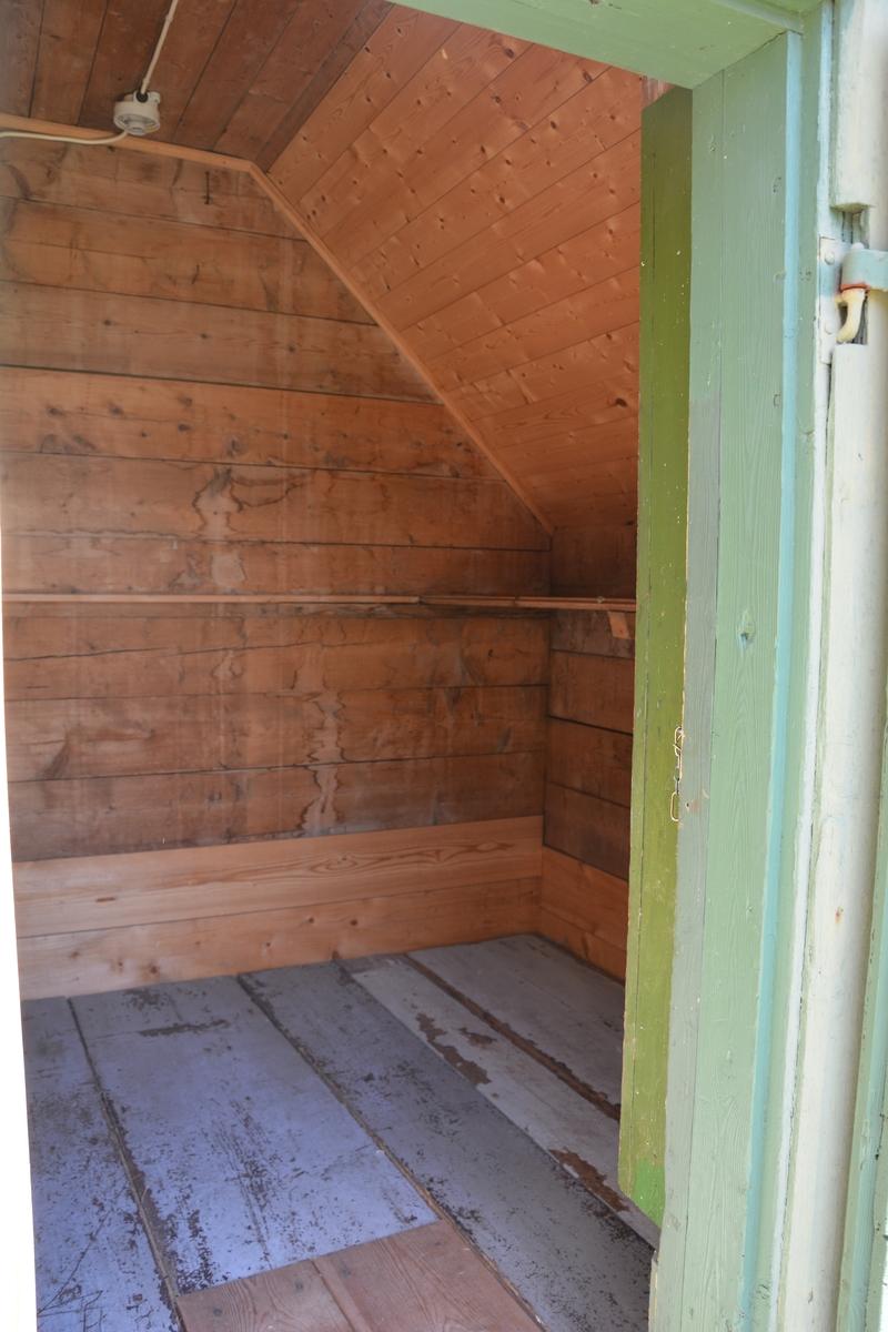 Bygning i eit rom, reisverk. Liggande panel. Dør i gavlveggen. Vindauge over døra. Panel måla mintgrøn (som bygningane i Singerheimen, Olden)