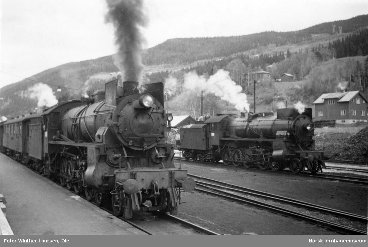 Damplokomotiv type 31b nr. 427 med dagtoget fra Oslo Ø til Bergen på Ål stasjon. Til høyre damplokomotiv type 31b nr. 416