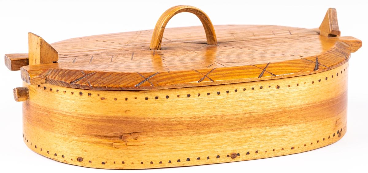 """Träask med lock. Undersidan märkt: """"Helgonasken""""."""