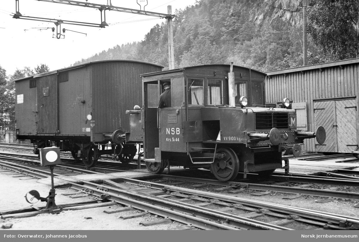 Skiftetraktor Skb 201 nr. 44 i skiftetjeneste på Grovane stasjon. Skiftetraktoren har både normalspor- og smalsporkobbel