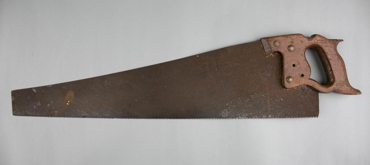 Sag. Håndsag med trehåndtak og sagblad av metall som smalner mot ytterende. Bladet er innfelt i håndtak og festet med tre gjennomgående skruer. Øvre del av håndtak er knekt. To tomme hull i skaft og blad.