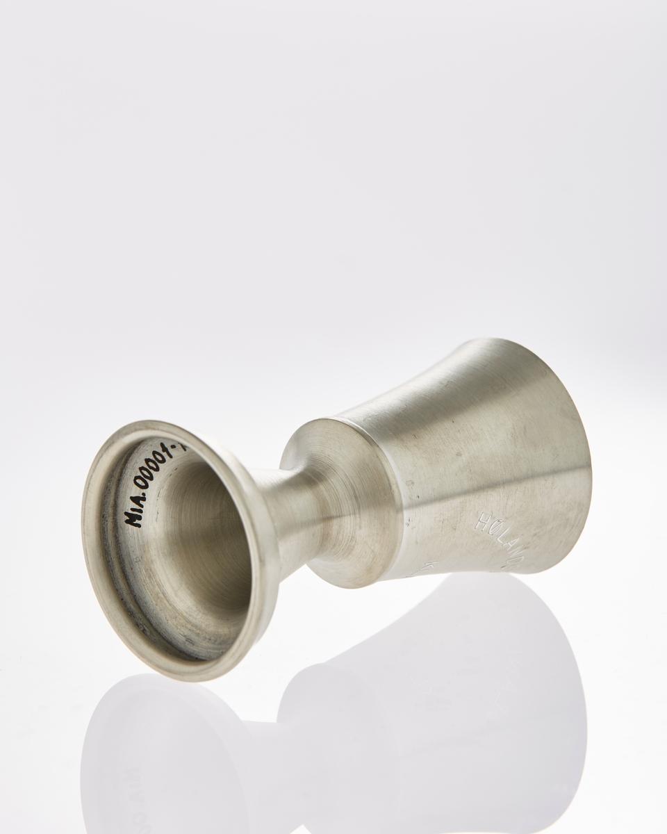 Koppformet pokal på stett i tinn med inskripsjoner