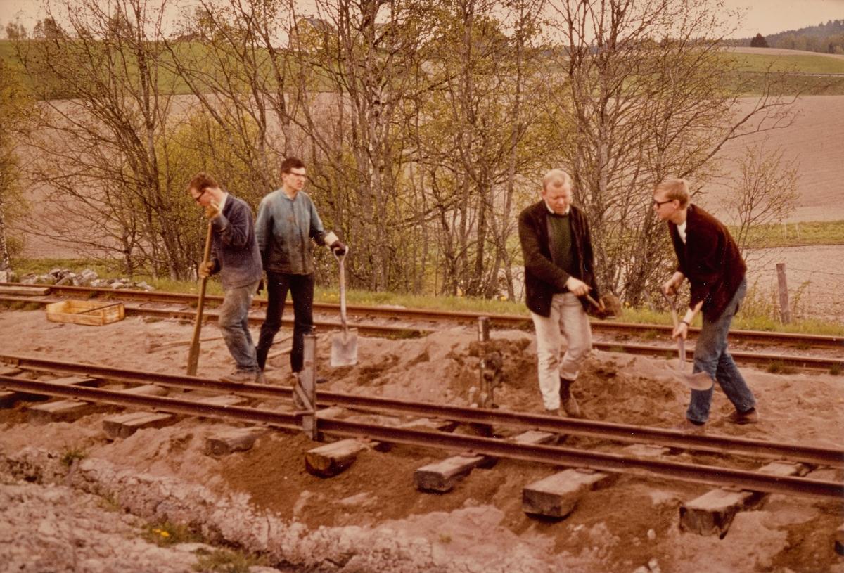 Dugnadsarbeid på Fyen kryssingsspor på museumsbanen Urskog-Hølandsbanen