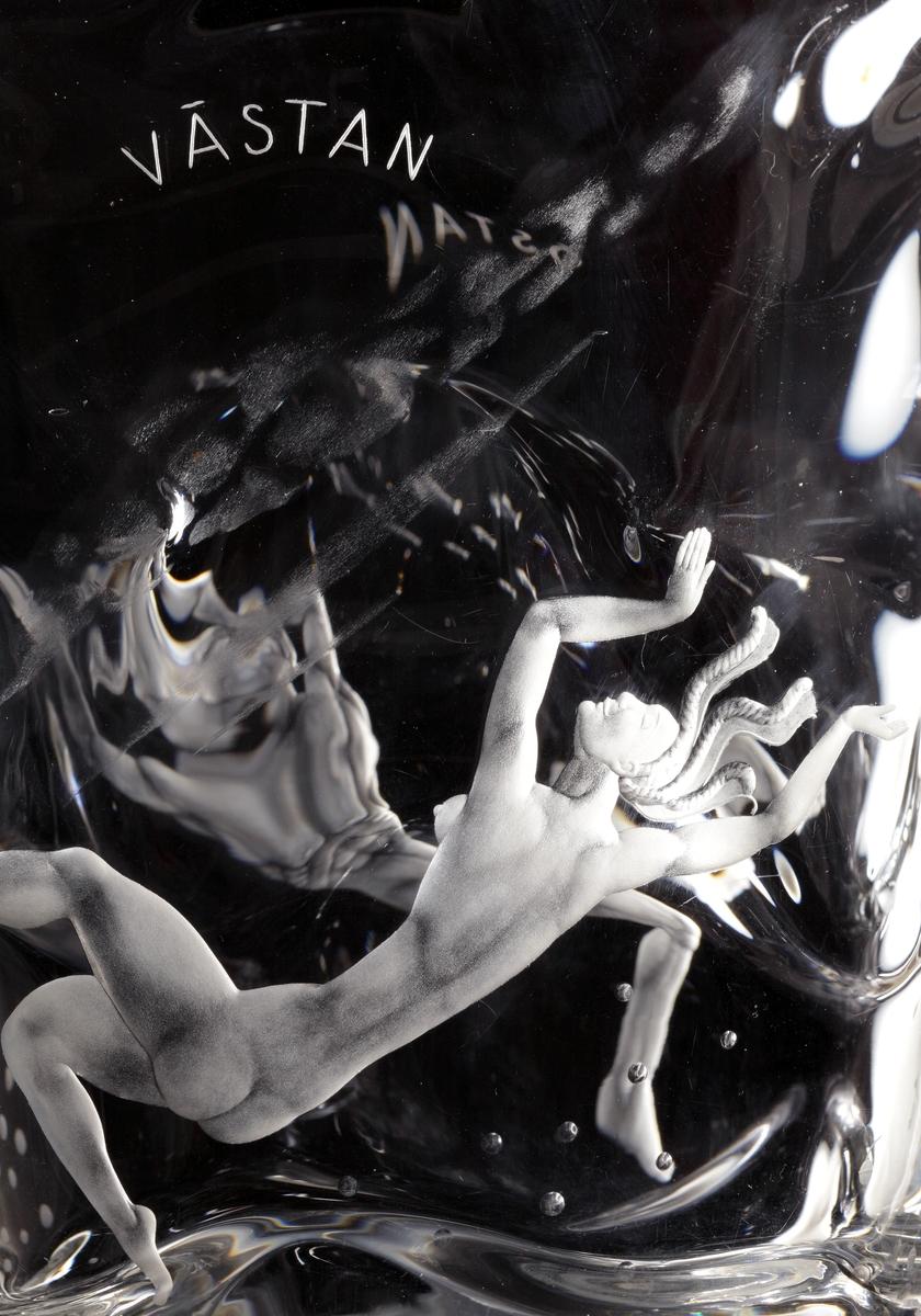 """Skål """"De fyra vindarna"""" av Vicke Lindstrand, med graverat motiv av de fyra vindarna Sunnan, Östan, Nordan, Västan, personifierat av två nakna män och två nakna kvinnor, tillsammans med inslag av motiv från flora och fauna."""