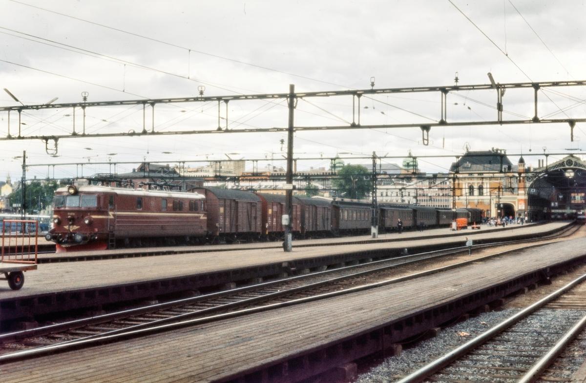 Elektrisk lokomotiv El 13 2151 med sykkeltog til Stryken på Oslo Østbanestasjon