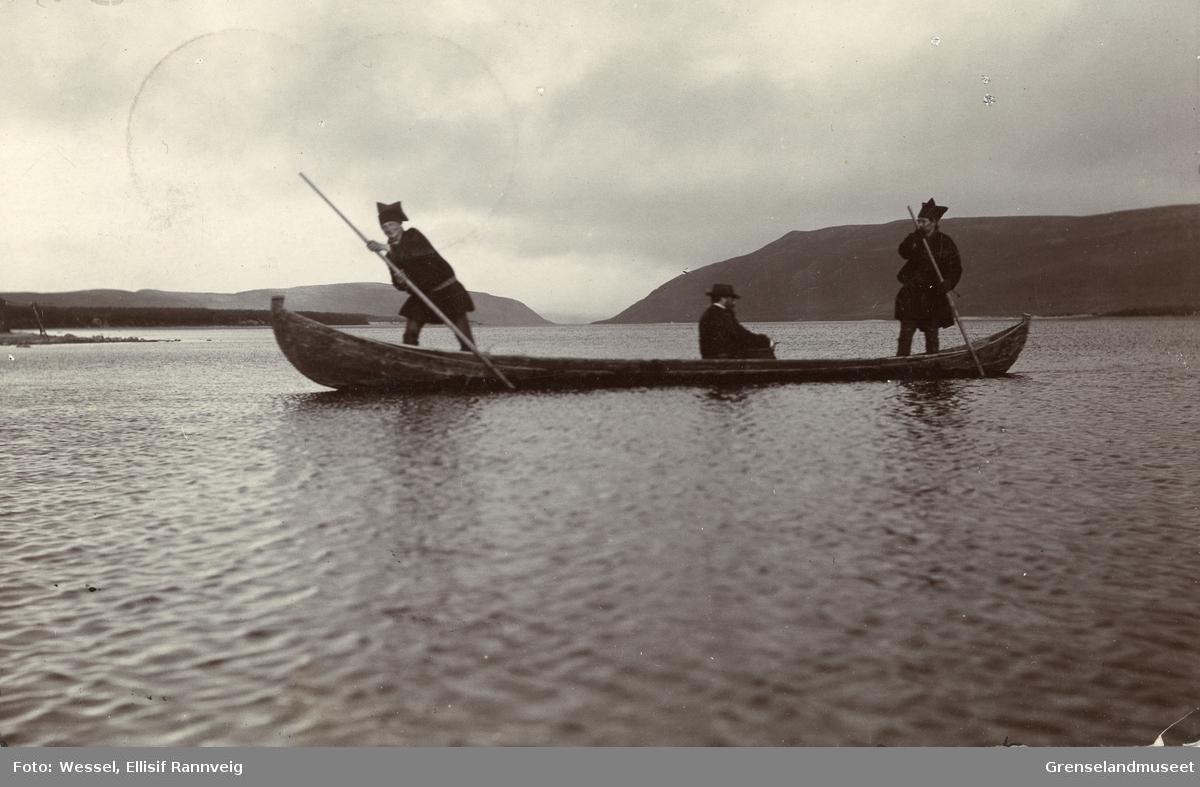 Staking av elvebåt ved Seida, Tana. Doktor Andreas B. Wessel i midten.