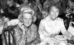 Mingelbilder från Knaust med idel damer vid borden, troligen