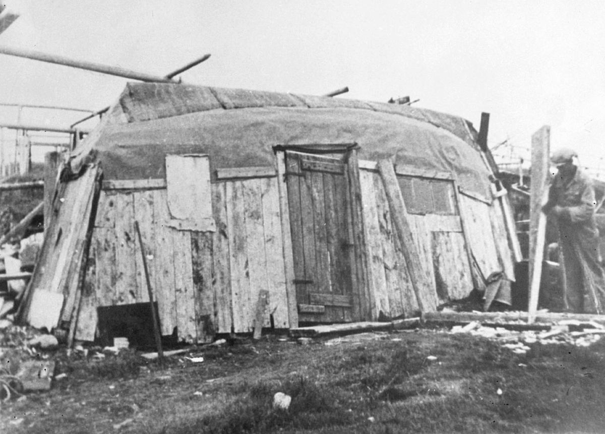 Bolighus med hvelvet båt til tak i Gamvik i 1945. Gjenreisningstid.