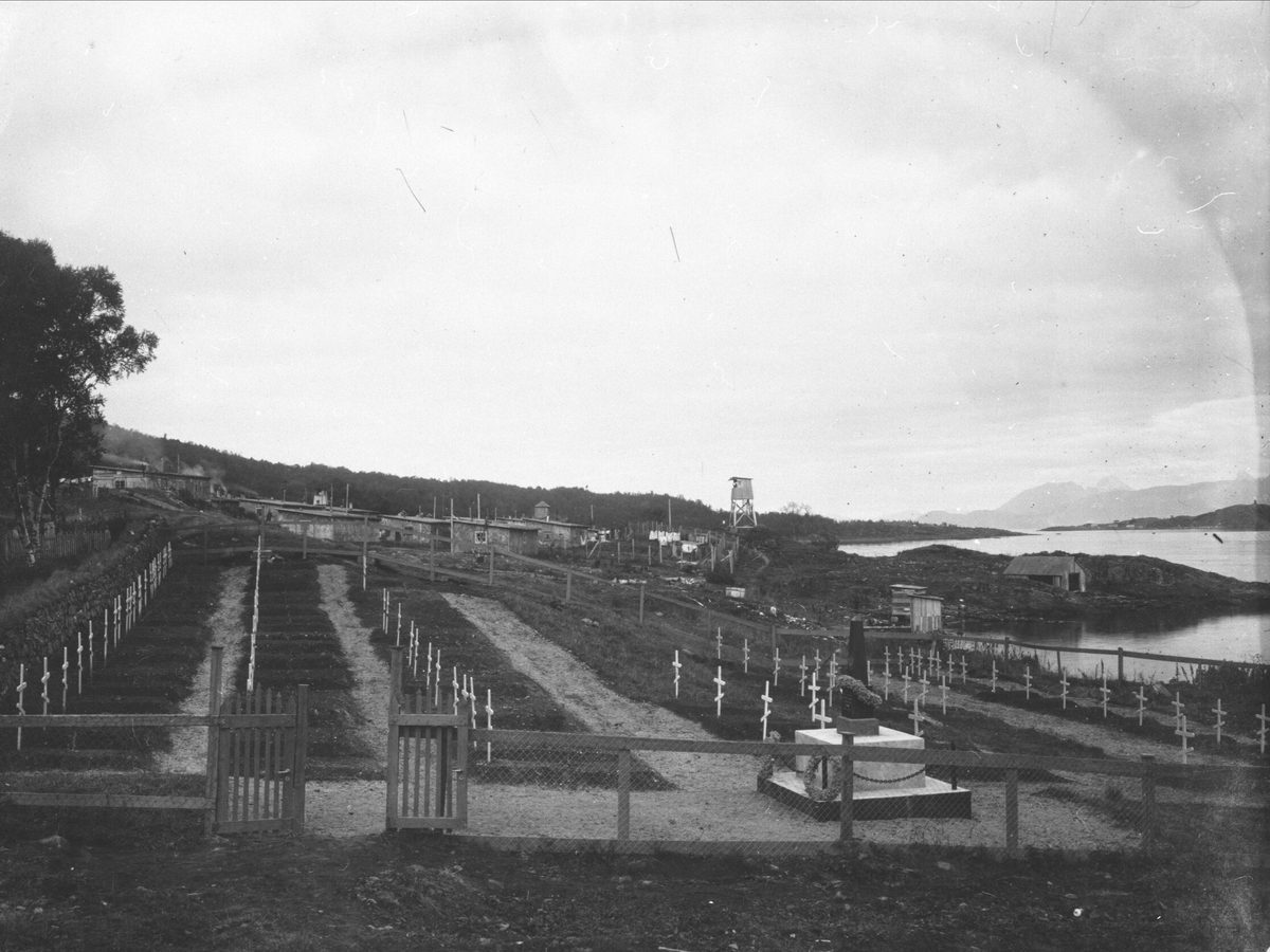 Kirkegården for sovjetiske krigsfanger, med fangeleiren i bakgrunnen.