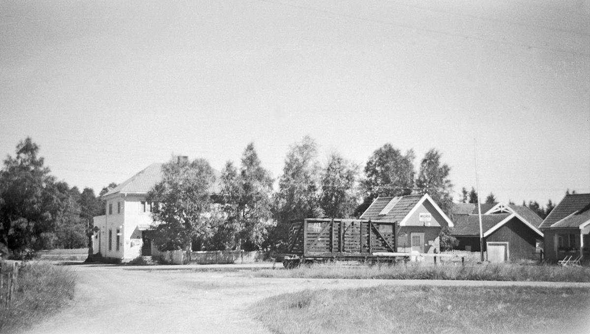 Mork stasjon. Foran stasjonen godsvogn litra To med åpen løftekasse