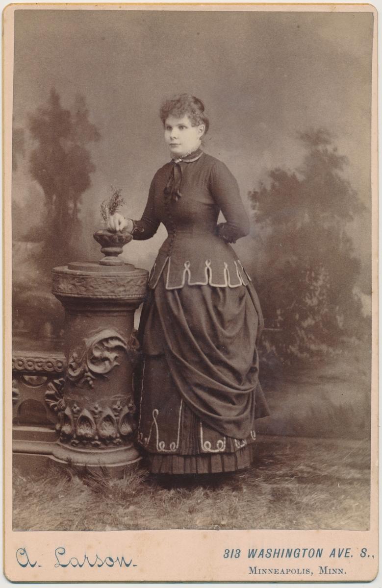 Portrett av stående kvinne.