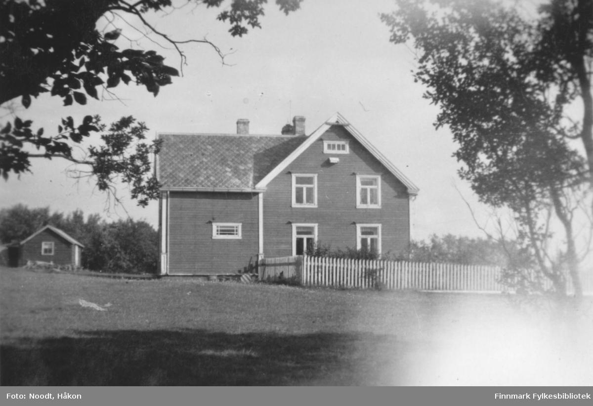 Kistrand, Nygård, 1938. Kistrand er et kirkested og handelssted i Porsanger kommune i Finnmark. Stedet ligger på vestsiden av Porsangerfjorden, ca. 56 km nord for Lakselv.