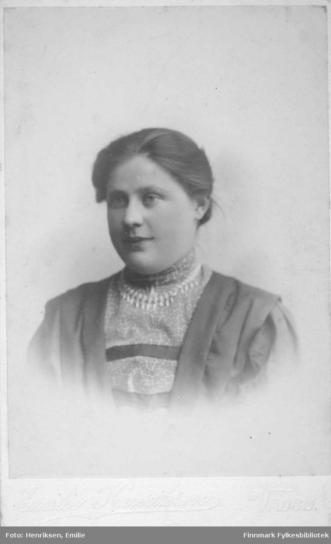 Visittkortportrett av en kvinne fotografert på fotoatelieret til Emilie Henriksen, Vadsø.