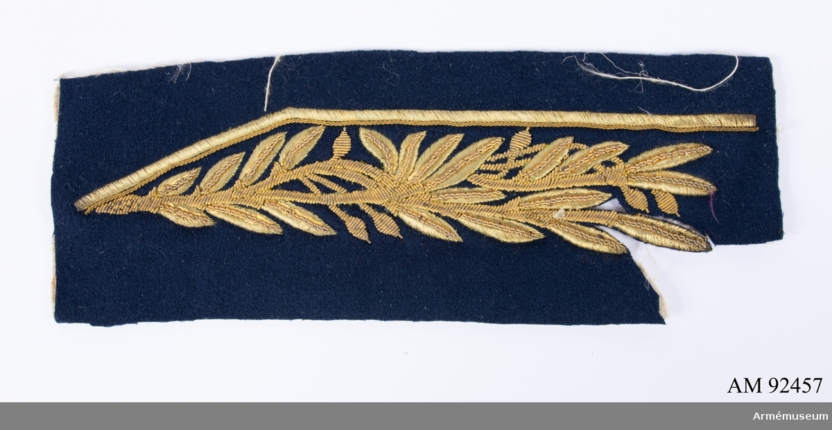 Mörkblått kläde med guldbroderi föreställande lövverk.