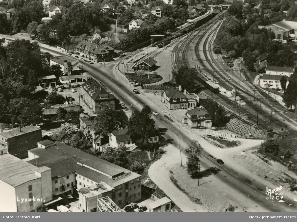 Lysaker stasjon sett fra luften. Lokaltog til Oslo V på stasjonen