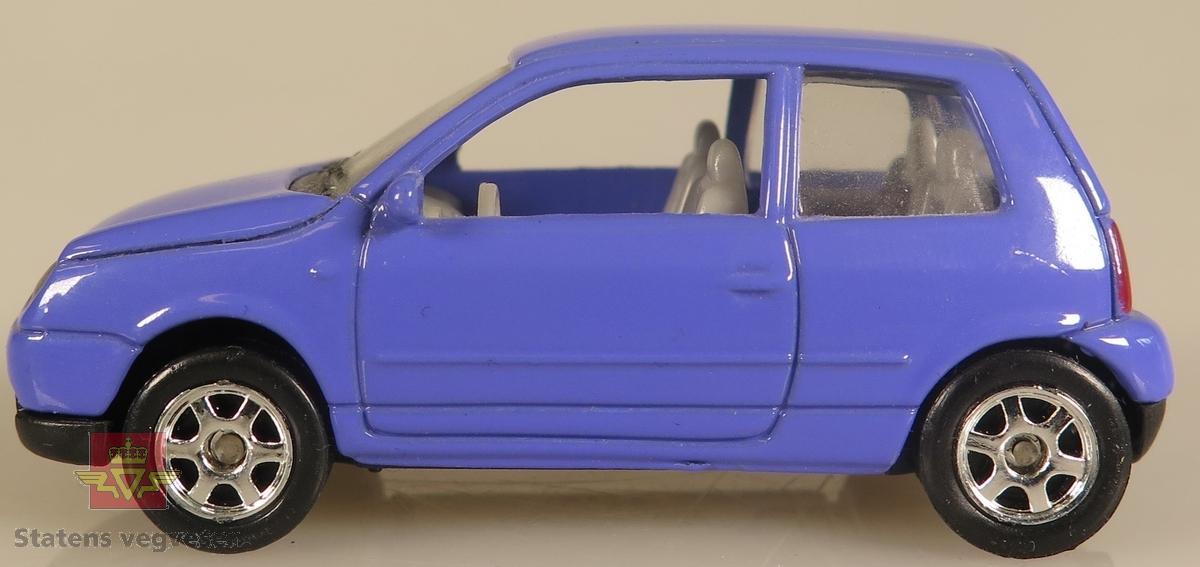 Modellbil av en Volkswagen Polo, modellbilen er farget lilla.