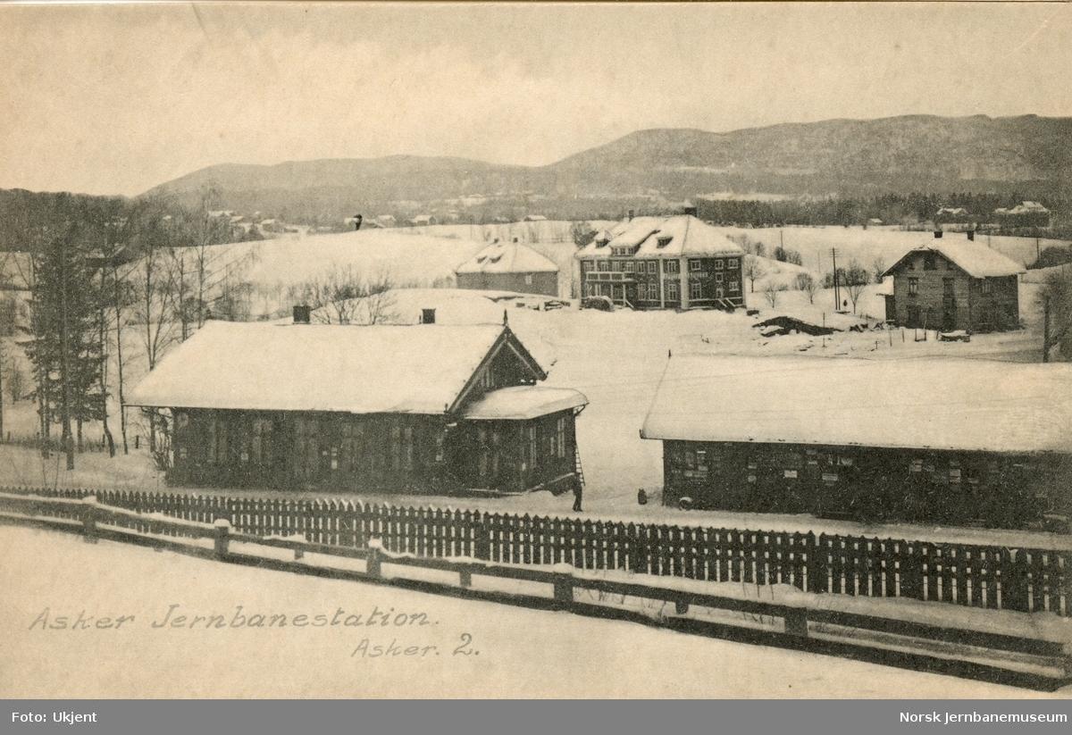 Asker stasjon og godshus. I bakgrunnen Asker apotek, oppført 1915. Bygningen brant ned til grunnen 06.02.1923