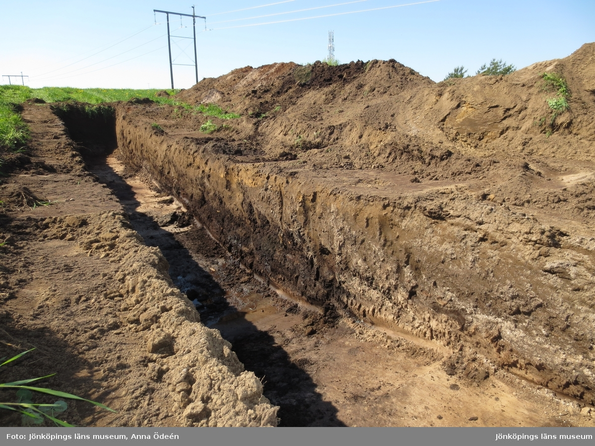 Ett arkeologiskt schakt grävt genom en försänkning med sankmark på området Hedenstorp strax utanför Jönköping.