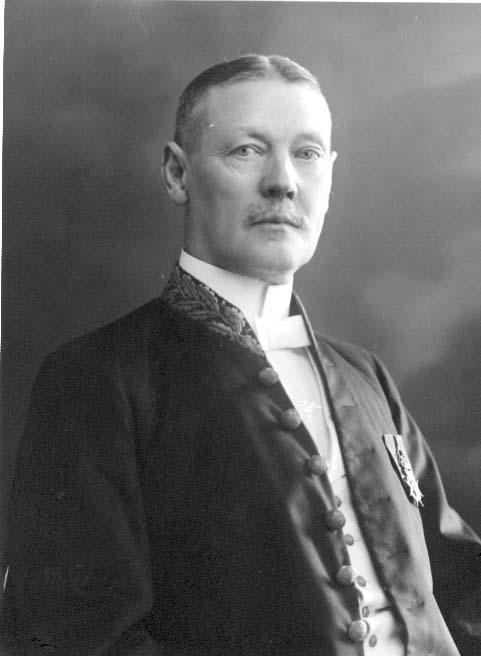 Bröstbild av häradsskrivare Emil Wetterling i ämbetsuniform..