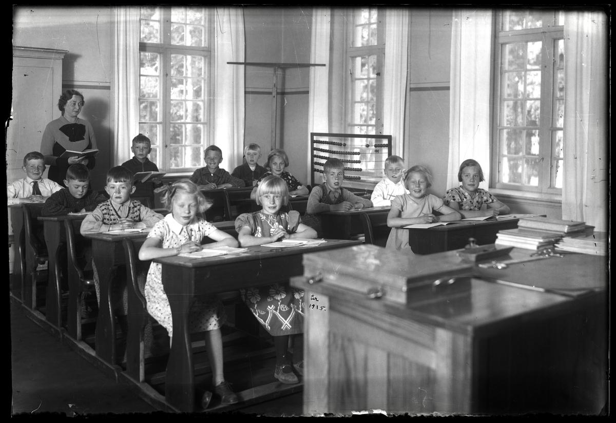 Skolklass och lärarinna