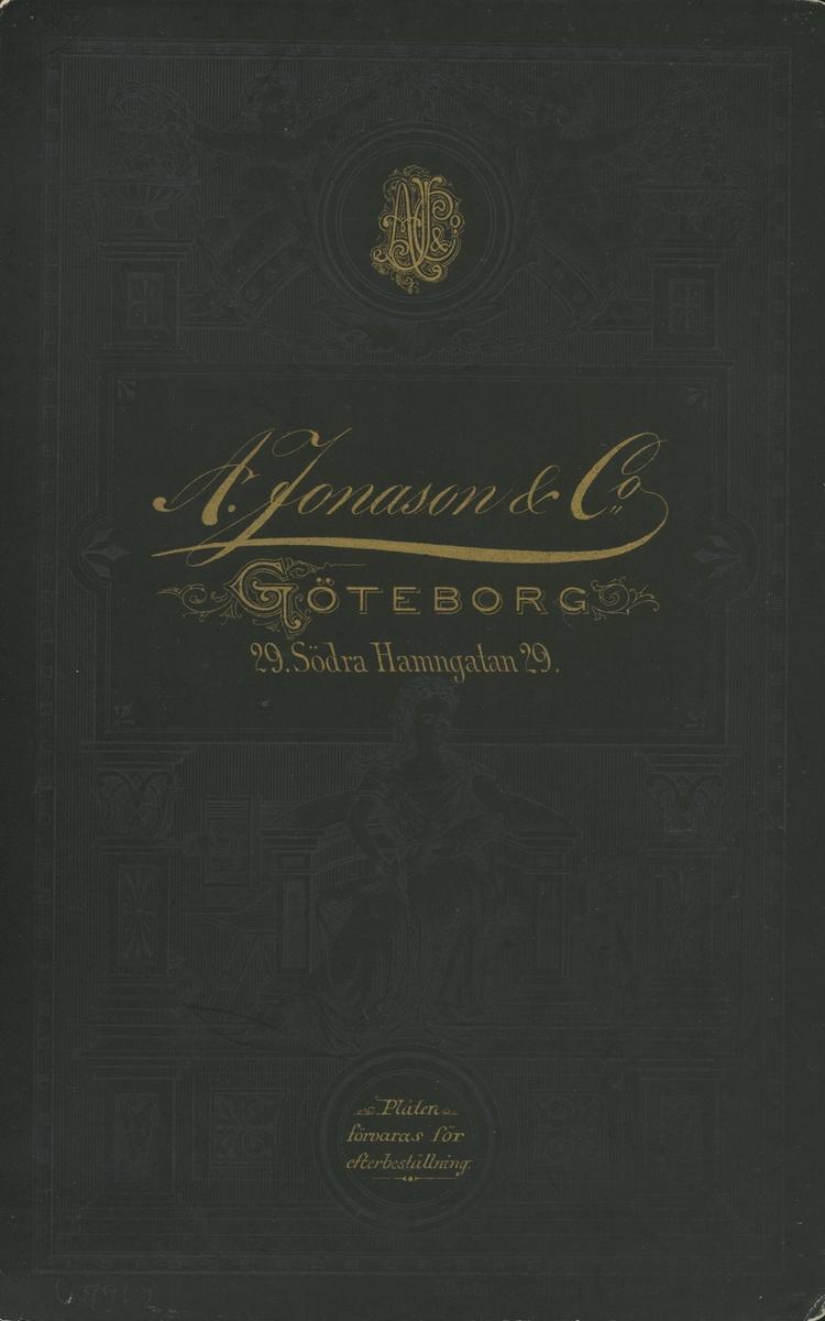 Grupporträtt. Mannen sittande mellan damerna på 1:a raden är hovrättsråd Sven Almqvist (1855-1910).
