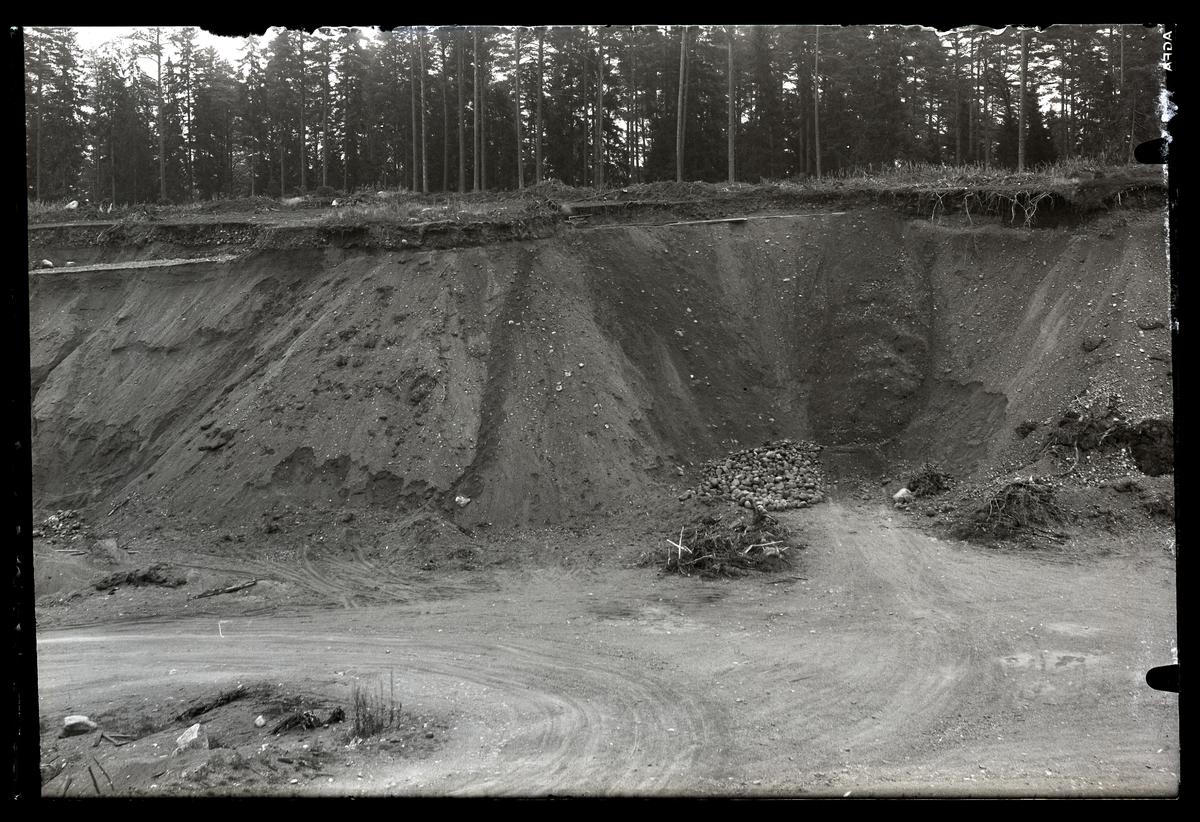 Hubbo sn, Alvesta (tidigare Alfsta) vid Hökåsen. RAÄ fornlämning 30:1. Grustag - Gravfält (Hellmans).