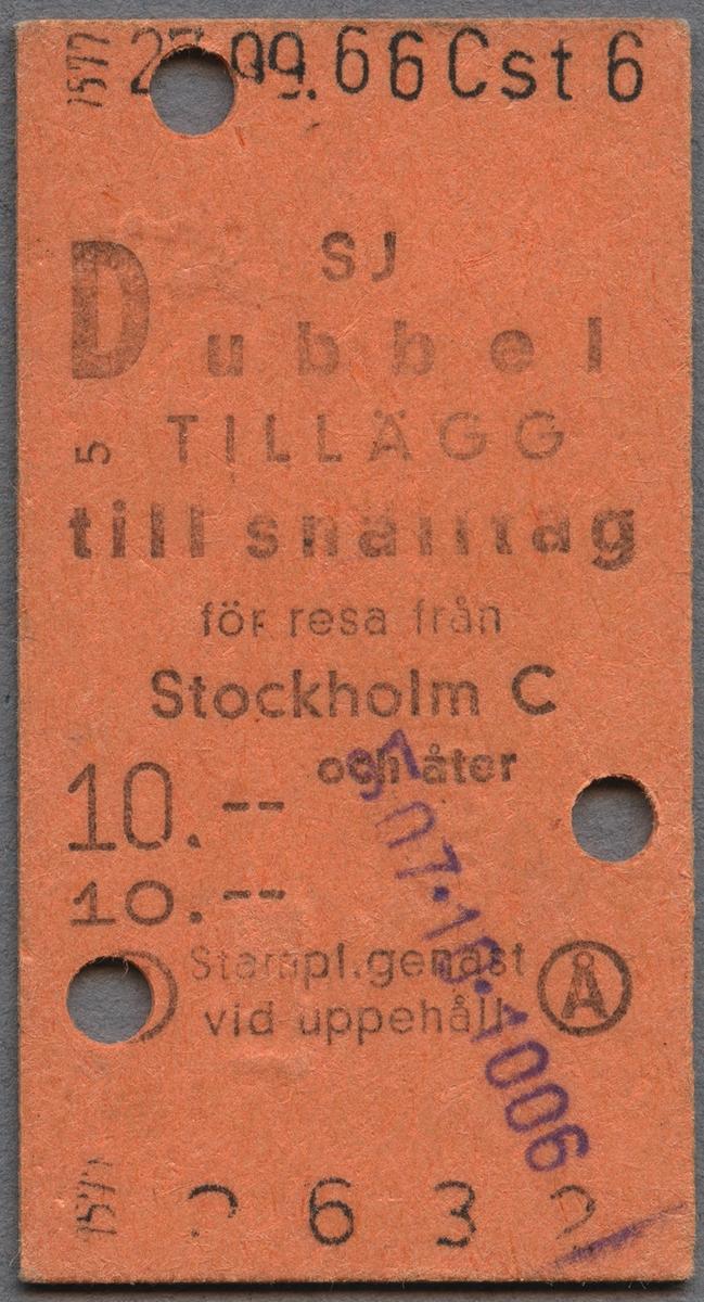 Orange biljett av Edmonsonskt format. SJ dubbel tillägg till snälltåg för resa från Stockholm C och åter. Biljetten är stämplad med datum och klippt två gånger. Biljetten kostade 10 kronor.