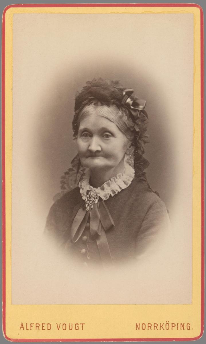 Porträtt av Charlotta Egnell. Änka efter Bengt Ekbom, komminster i Borg och Löt. Efter makens bortgång 1876 flyttade Charlotta till sin dotter och måg i Vreta kloster. När dessa vidare valde att arrendera Jacobslund i Ljung socken flytta Charlotta med och där kom hon att somna in i januari månad 1896.