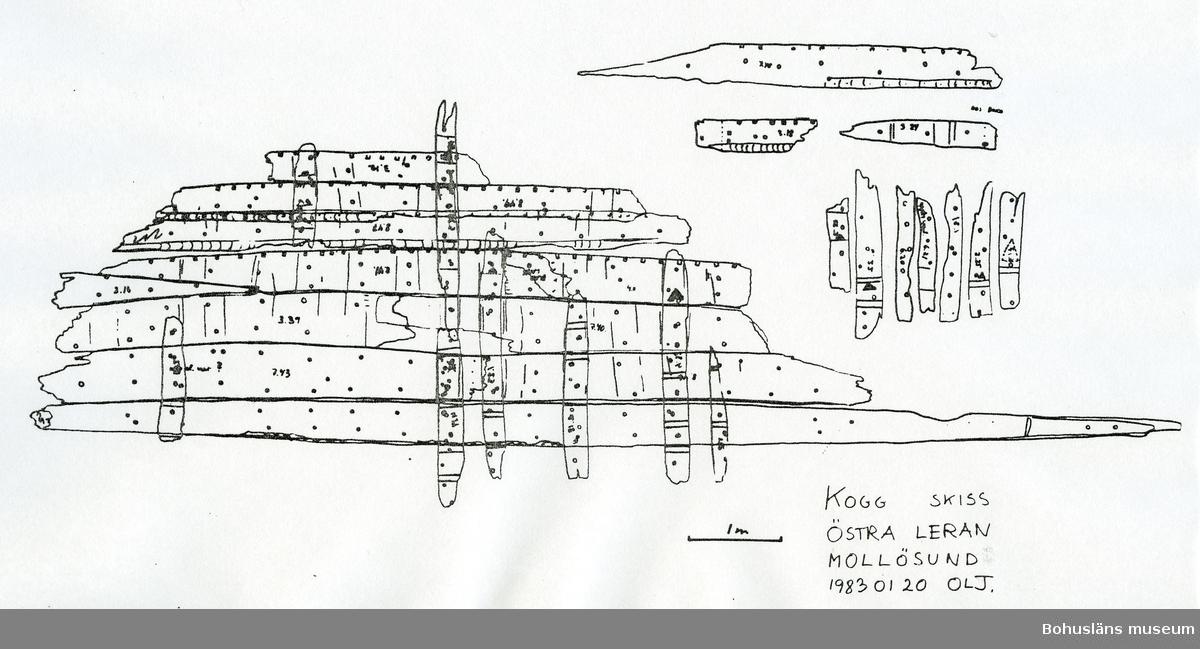 50 skepptimmer av ek.  Info från fornlämn registret,RAÄ/ FMIS: Kvar på fyndplatsen finns en anhopning kalksten med maxstorlek 15x15 cm, som torde utgöra vrakets barlast (status 1982).  Övrigt: Enligt Göteborgs sjöfartsmuseum fördes vraket till den grunt belägna fyndplatsen från en annan plats belägen på djupare vatten under 1940-talet.  Se Bilagepärmen UM23101 för rapporten The Mollö Cog Re-Examined and Re-Evaluated. Staffan von Arbin, Aoife Daly. The International Journal of Nautical Archaeology, 2012.  Se Bilagelådan med kopia på: Rapport ang. dokumentation av vraket från Östra leran, Mollösund, Bohuslän företagen 1982-05-10 - 14 av Ole Lisberg Jensen och Bert Westenberg. Uppmätningsskisser av delarna.  Vraket i Östra leran vid Mollösund på Orust. Meddelanden från Marinarkeologiska sällskapet  nr 3 årg 4 1981. Koggen från Mollösund. Meddelanden från Marinarkeologiska sällskapet nr 2 årg 6 1983. Hansson, Wilhelm: Hansakoggs-vrak till nya länsmuseet i Uddevalla? Ur Södra Bohusläns övärld. Från Gåsö till Marstrand, Göteborg 1983, s. 96 - 98. Unikt fynd vid Mollön - Hansans båt bärgas. Dagens Nyheter 1981-08-12 Sturm, Claes: En koggbotten lägger till. Dagens Nyheter 1988-06-28  Korrespondens mellan Alexandra Grille och Staffan von Arbin 2003-09-22 rörande fyndet.  Provtagnings-PM med foton av Staffan von Arbin 2008-04-11 samt Dendrokronologisk rapport med fynddokumentation från undersökningen 2008, dendro.dk rapport 10:2008 Mollökoggen, Sverige av Aoife Daly, Dendro.dk 2008 05-22. Ang. provtagningsdelarna, Se Placering.
