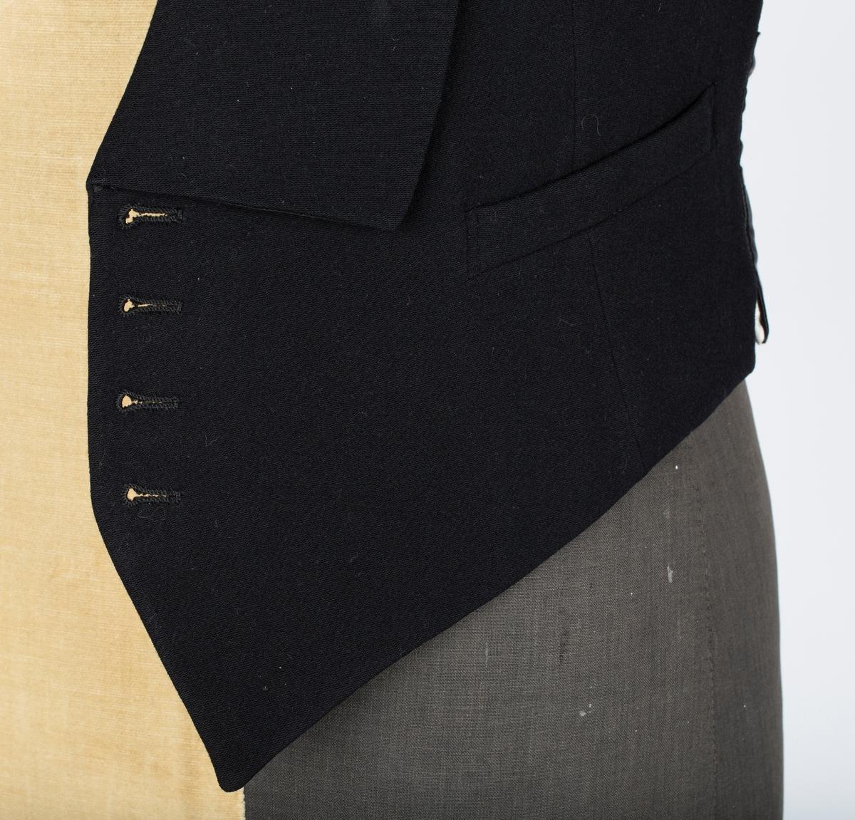 Smoking. A: jakke. B: Vest. C: Bukse. Skreddersøm eller konfeksjon.  A: Jakken  Enkeltspent, lukkes med 1 knapp. Slag trukket med satinvevet silke.  2 Stikklommer, 1 brystlomme. 1 innerlomme på høyre side. Foret med diagonalvevet sort forsilke; i armmene hvitt satinvevet for  B: Vest  Enkelspent,. Lukkes med  4 knapper. 2 stikklommer. Langt slag ender i en spiss. 2 stikklommer. Foret med satinvevet hvitt stoff.  C: Bukse Bukse. Knappet gylf 5 jnapper, Legg ved linning. Stikklommer i siden, 2 baklommer. Oppbrett og pyntebånd. Brede bukseben med legg. 4 knapper i linning til bukseseler. Sekundært er buksen sydd inn i sømmen bak og bukseben forkortet med legg nederst (under oppbrett)   Båret av Kristian Hjallum under forlovelsesselskap med Ella Victoria Hagen. se fhm.10455