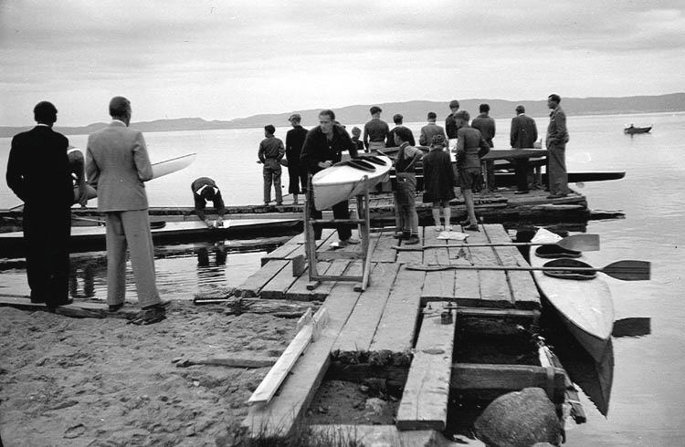 Kanoter och kanotister vid Kanotklubbens klubbhus vid Vätterstranden i Jönköping.