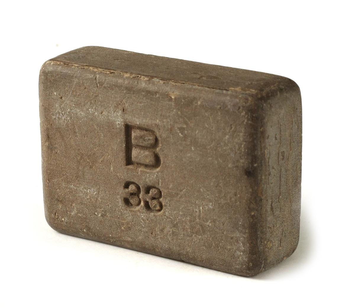 Et stykke grågul sepe, rette sider, lett hjørner. Stemplet på den ene side:   B / 33.  Tilst. jan. 1964: god, spor av musetenner.
