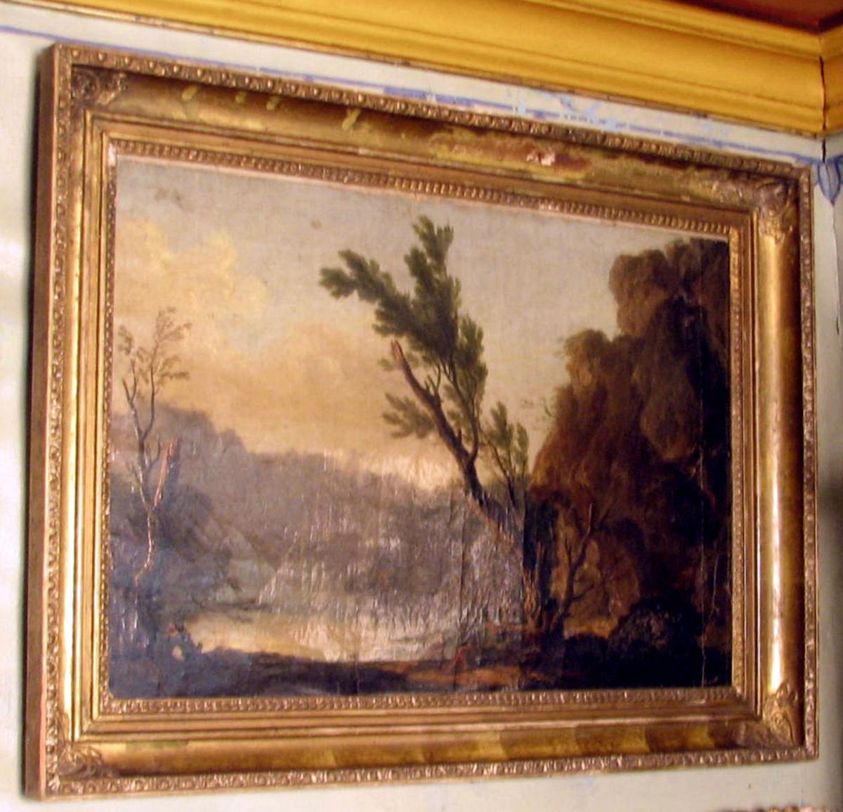 Rektangulært; ramme:profilert, plastisk ornamentikk, Malt lerret innebrettet 2,5 cm. på 1 kortsiden. Landskap ; i forgr. 2 menn, 2 halvt utdødde trær, i mellomgr. vann og fjellhammer tilhøyre; i bakgr borg og ås; brunlig m. lyseblå og grå himmel.