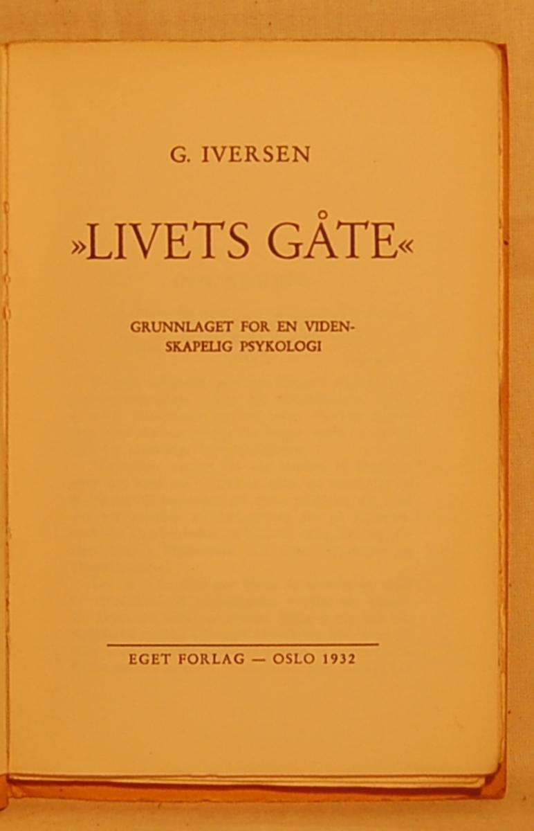 På bokens forside et motiv med en ugle med et symbol i kloen