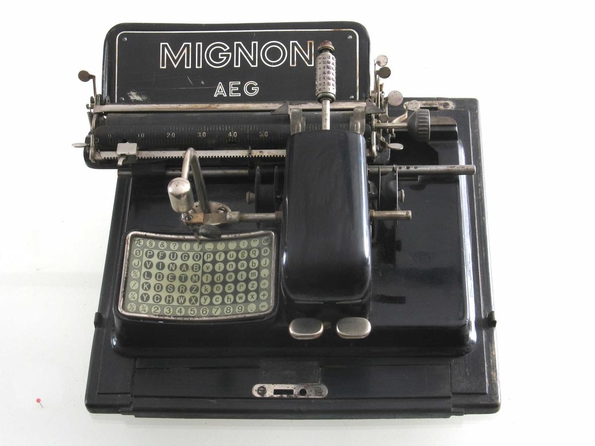 """""""Pekeskrivemaskin"""", brukes ved at man trykker på en etter en tast. En støpt rull som roterer har typene."""