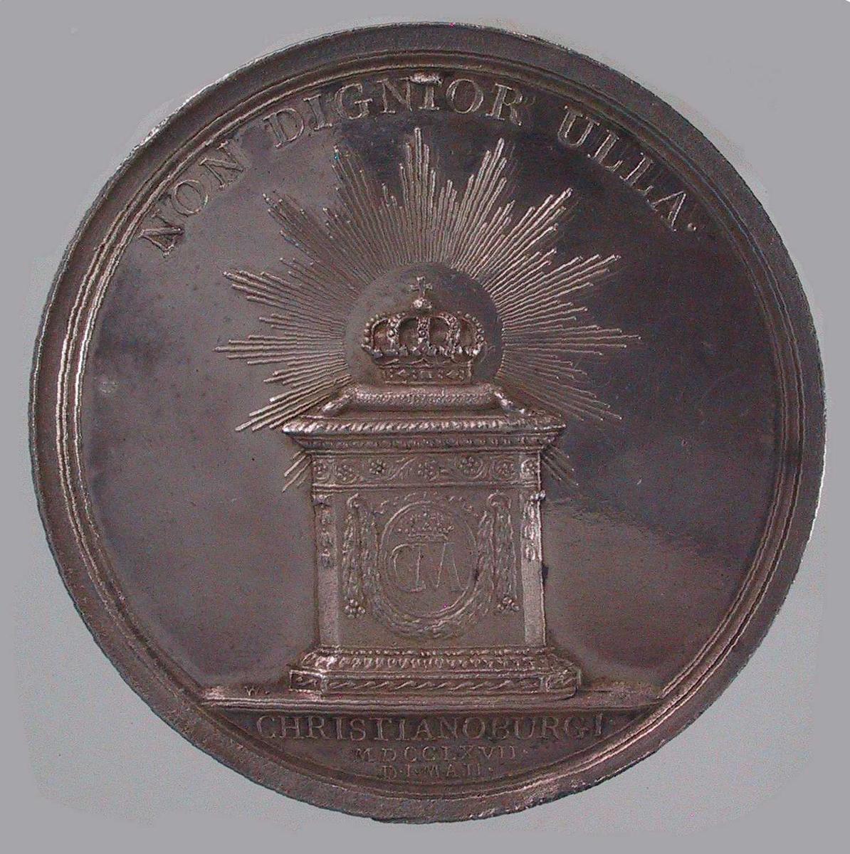 Adv. Dronningens byste.  Rev. Omstrålet krone på et alter med dronningens navnesiffer.