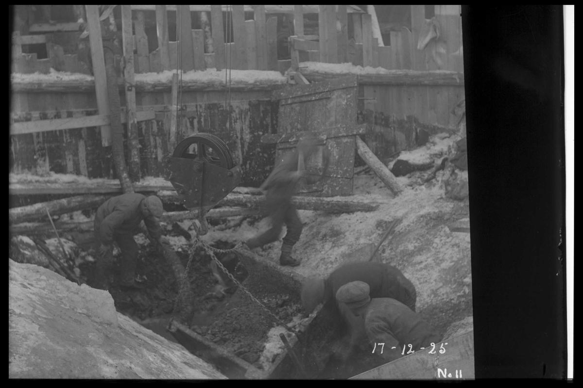 Arendal Fossekompani i begynnelsen av 1900-tallet CD merket 0010, Bilde: 24 Sted: Flatenfoss i 1925 Beskrivelse: Arbeid på kraftstasjonstomta