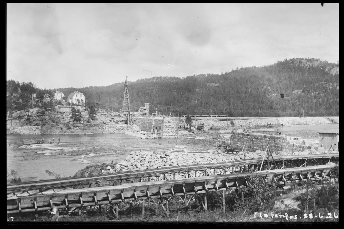 Arendal Fossekompani i begynnelsen av 1900-tallet CD merket 0468, Bilde: 27 Sted: Flaten Beskrivelse: Bilde fra Olsbu. Den gamle tømmerrenna i forgrunnen