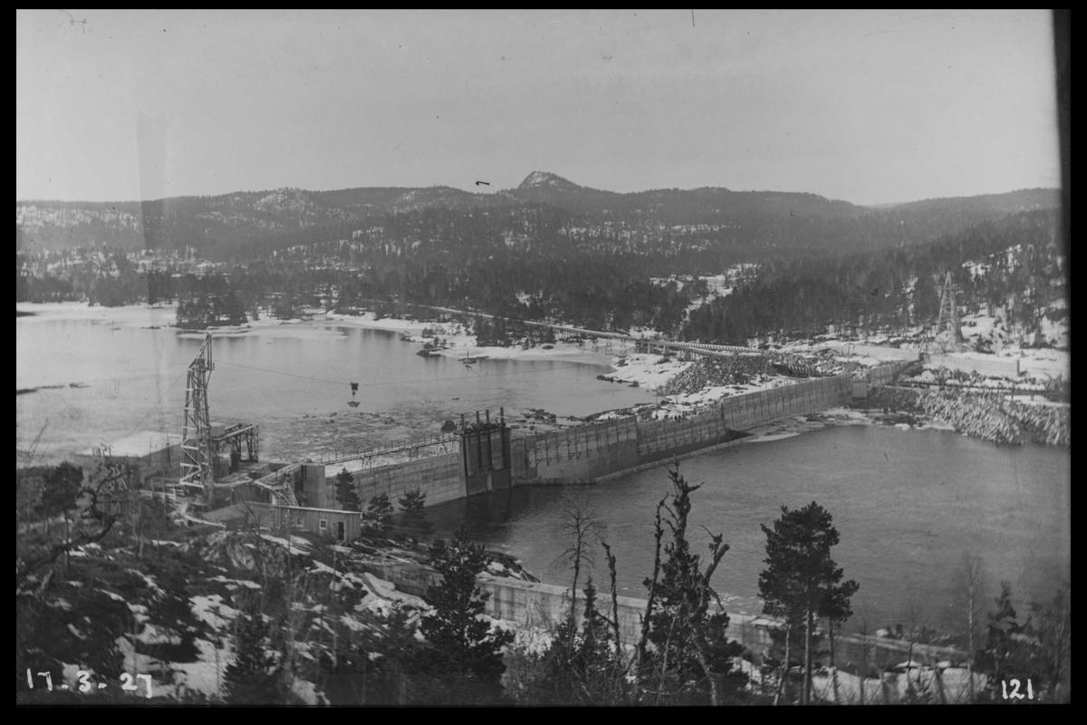 Arendal Fossekompani i begynnelsen av 1900-tallet CD merket 0468, Bilde: 54 Sted: Flaten Beskrivelse: Oversiktsbilde mot Olsbu. Tatt nedover elva og ovenfra
