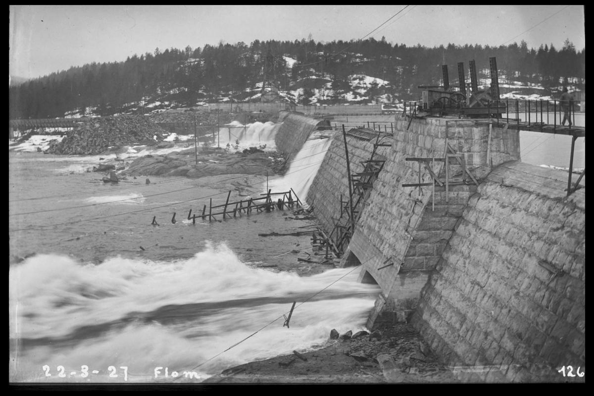 Arendal Fossekompani i begynnelsen av 1900-tallet CD merket 0468, Bilde: 57 Sted: Flaten Beskrivelse: Dammen ved flom