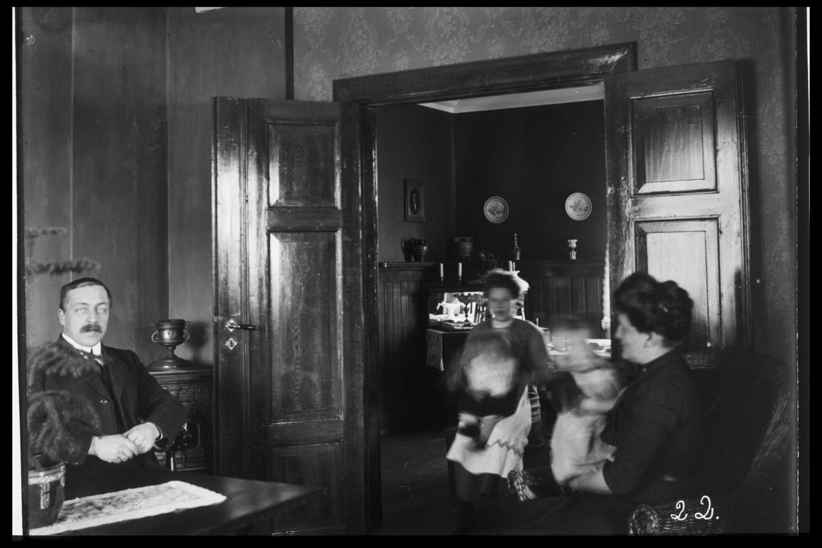 Arendal Fossekompani i begynnelsen av 1900-tallet CD merket 0469, Bilde: 55 Sted: Bøylefoss Beskrivelse: Interiør og familie i en av boligene