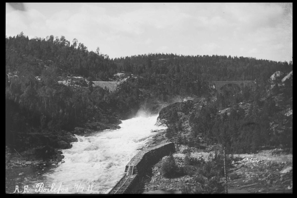 Arendal Fossekompani i begynnelsen av 1900-tallet CD merket 0469, Bilde: 60 Sted: Bøylefoss Beskrivelse: Kraftstasjon og skjerm