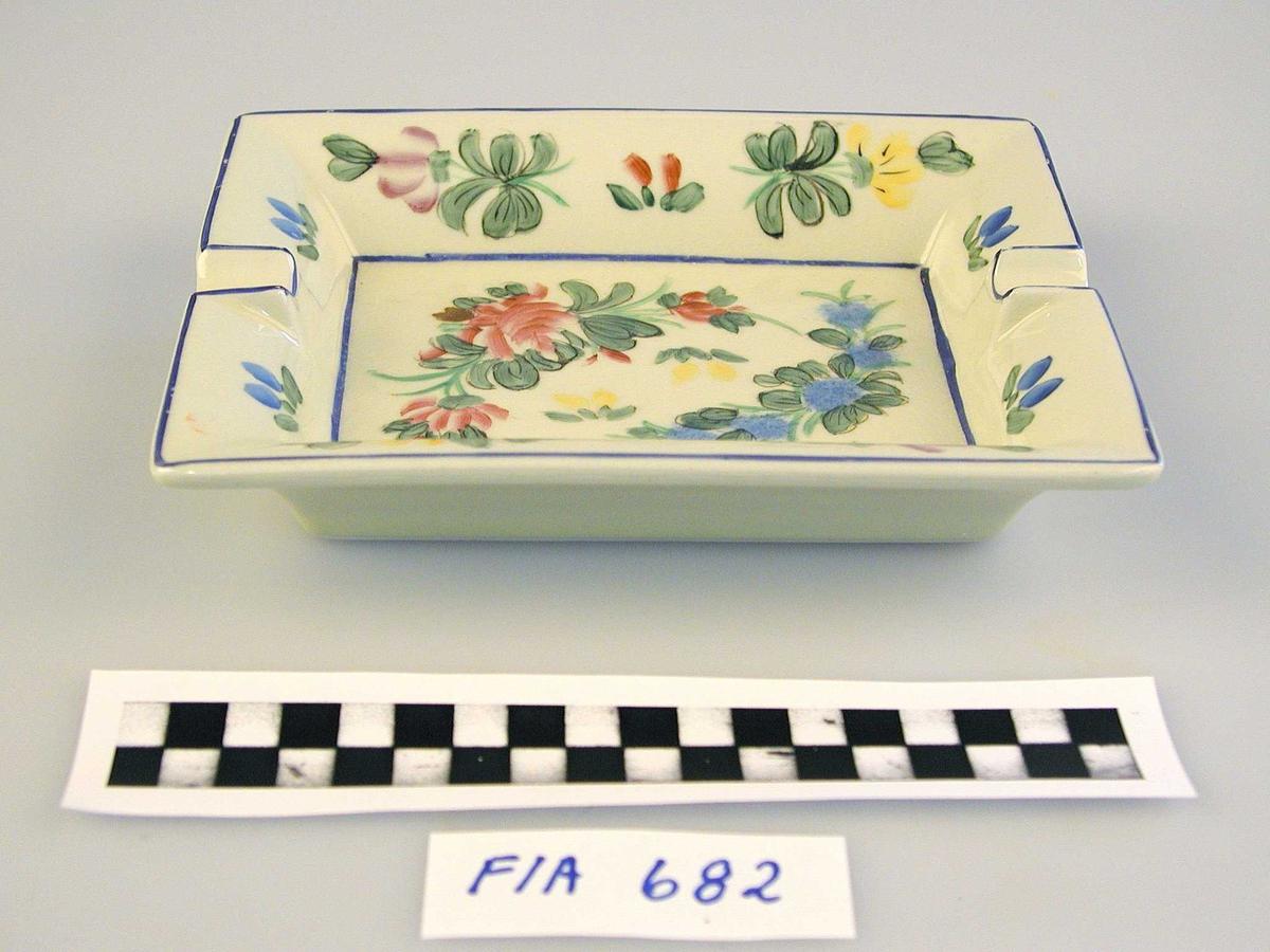 Rektangulært askebeger med blomsterdekor
