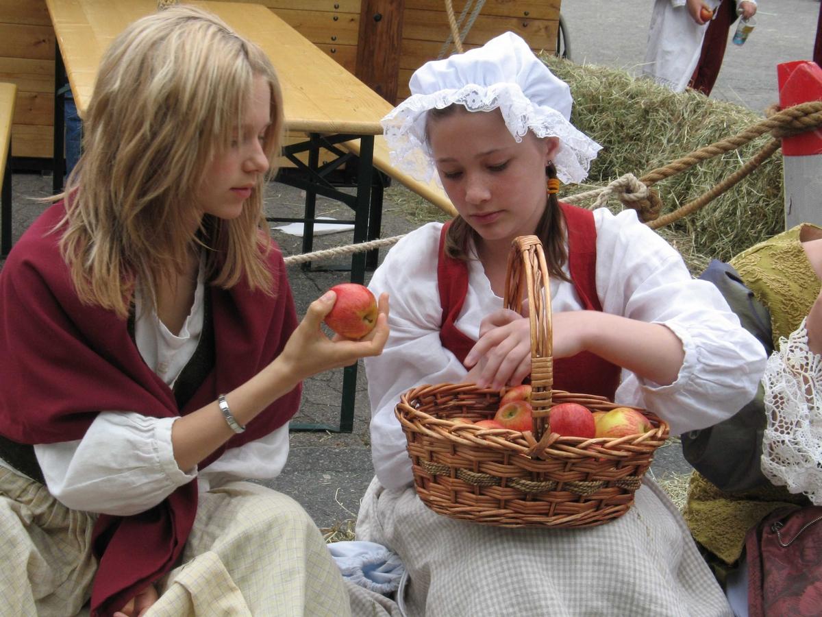 Kjæmpestaden 2005. Dansk jenter med eplekurv.