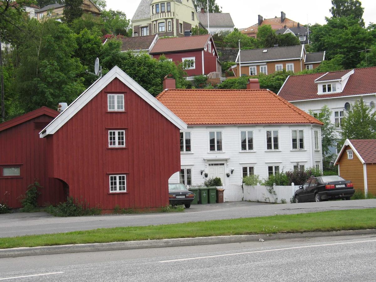 Barbu. Kjøpmannsgård - en av de inkorporede kjøpmannsgårder. Sjøboden nærmest (likner et stabbur). Bebyggelse i Korketrekkeren bak. Eiendommen hadde direkte kontakt med sjøen inntil 1885 da Barbuveien (idag Kystveien) ble bygd.