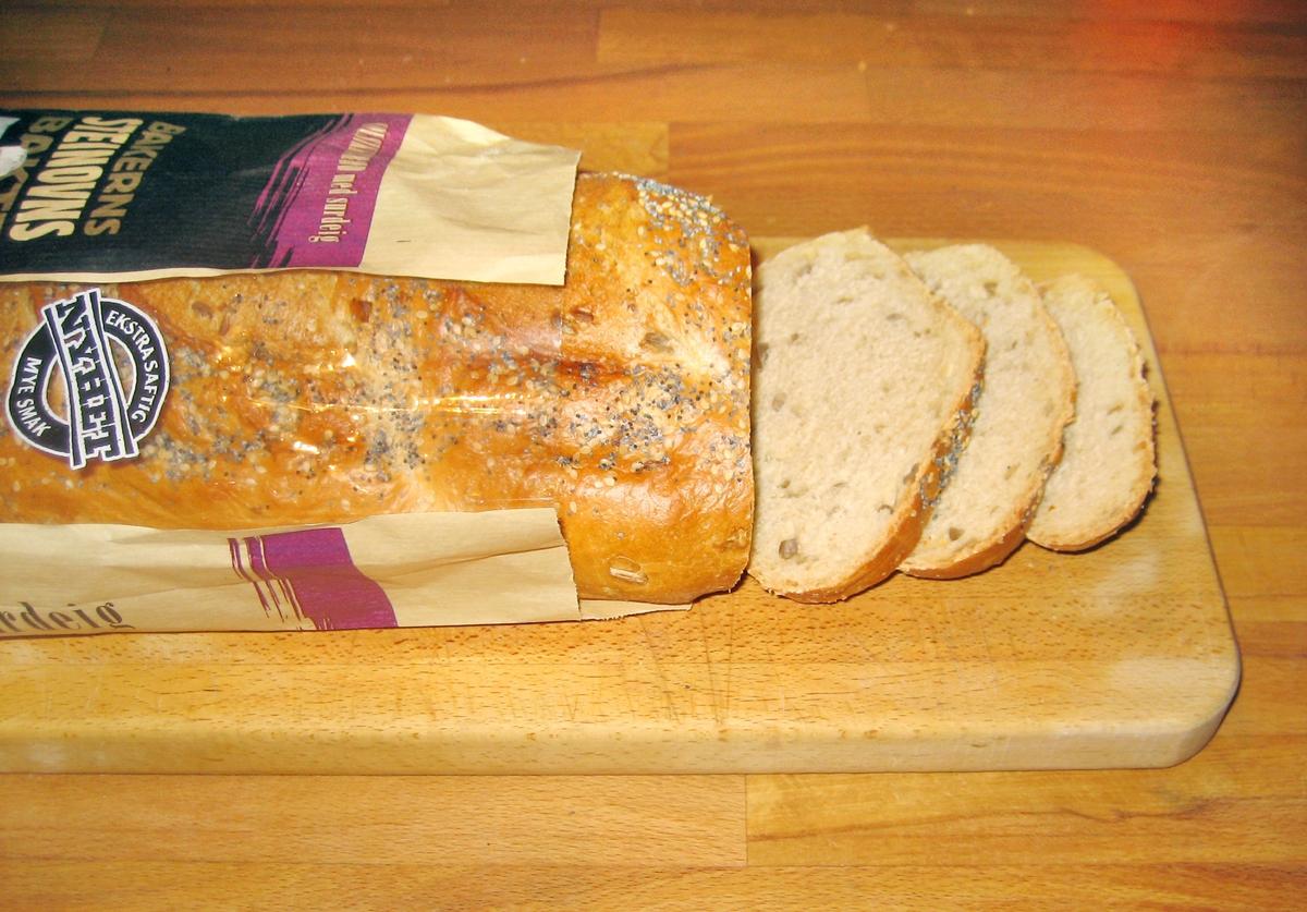Brødposens motiv på forsiden er en smilende baker med underskriften Jan Tore. Han er i hvite kler med hvit bakerlue på hodet
